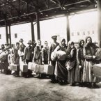 European immigrants who have passed through the entry station at Ellis Island wait for the ferry that will transport them to New York City on 7 June 1900. (Corbis/Polfoto/Press Association Images)