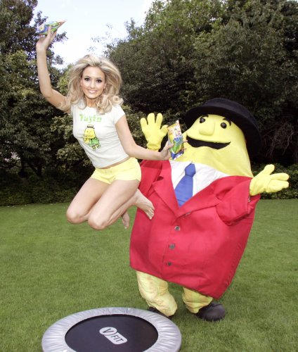 http://s0.jrnl.ie/media/2013/01/482009-tayto-re-launch-spring-onion-return-of-the-pack-irish-favourite-tayto-re-launches-its-spring-onion-flavour-after-dedicated-superfan-kaye-morrisson-left-launched-an-appeal-on-2fms-gerry-r-424x500.jpg